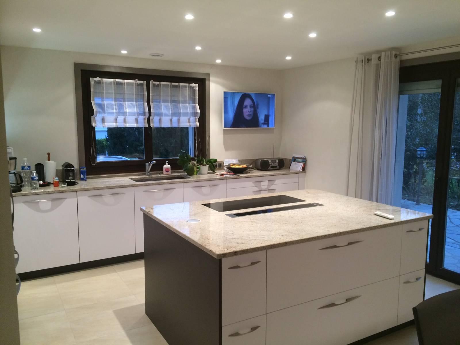 cuisine avec plan de travail en pierre saint priest cuisiniste haut de gamme lyon. Black Bedroom Furniture Sets. Home Design Ideas