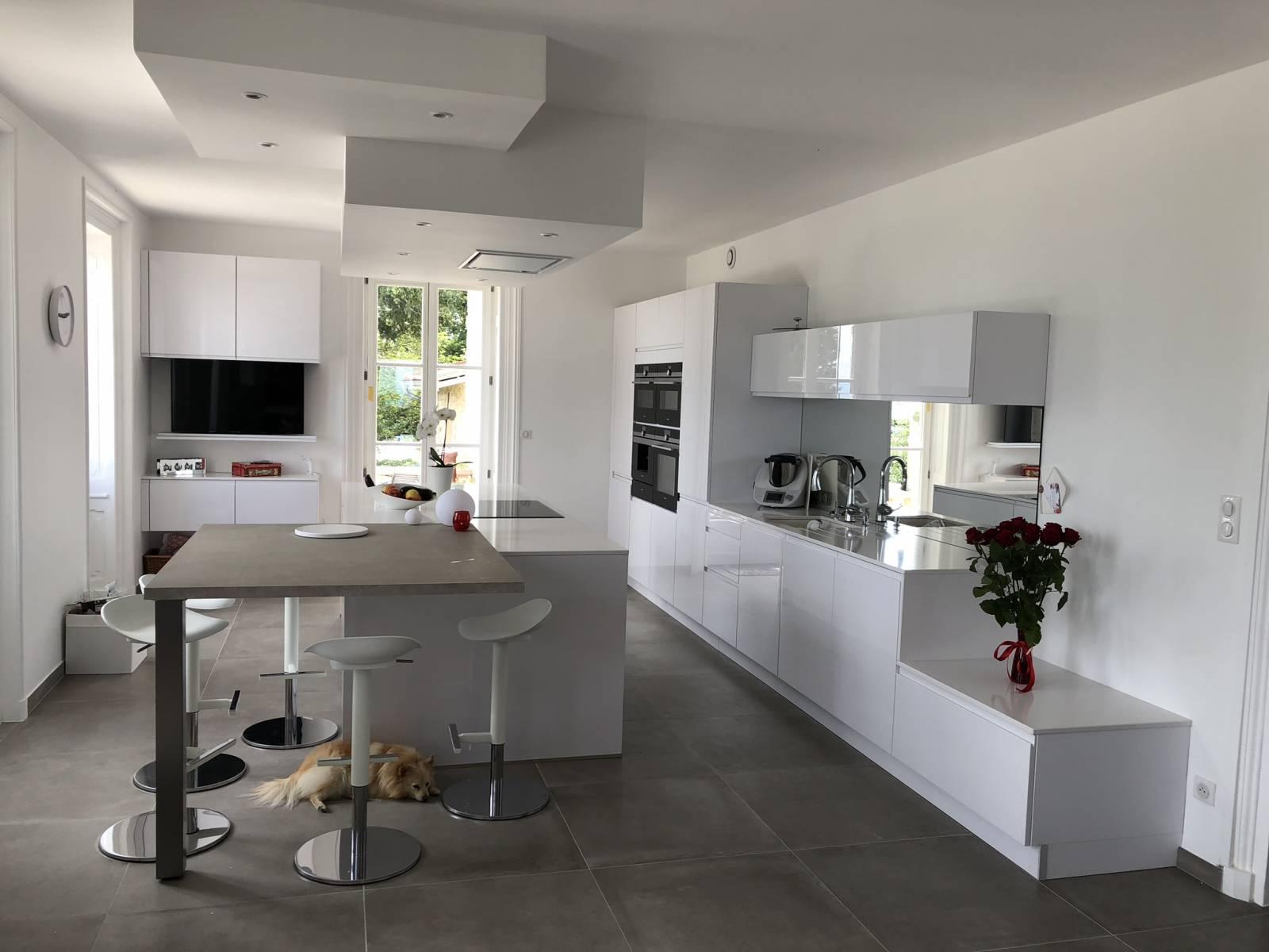 cuisine moderne blanc laqu lyon cuisiniste haut de gamme lyon am nagement cuisine. Black Bedroom Furniture Sets. Home Design Ideas
