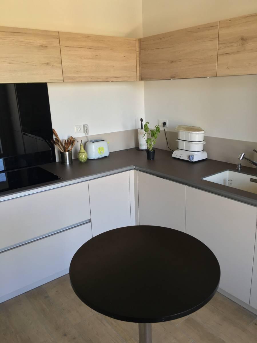cuisine moderne bois et blanche sans poign es chamb ry cuisiniste haut de gamme lyon. Black Bedroom Furniture Sets. Home Design Ideas